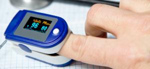 Pulse oximeter measuring oxygen saturation